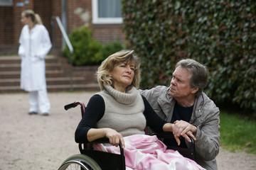 Älteres Paar - Frau sitzt im Rollstuhl