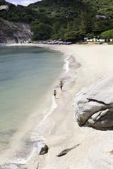 Две фигуры, бегущие по пустому пляжу