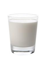 verre de lait isolé sur fond blanc