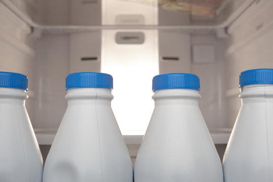 Bouteilles de lait dans réfrigérateur