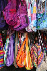 Taschen auf einem Flohmarkt