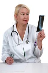 medizinische Mitarbeiterin begutachtet ein Röntgenbild welches