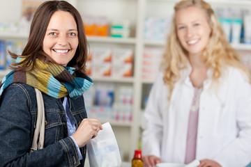 lächelnde kundin in der apotheke