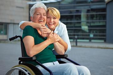 Lachende Seniorin im Rollstuhl
