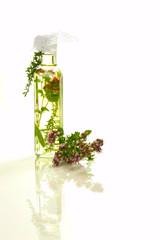 Öl mit Kräutern in viereckiger Glasflasche / Oil with herbs in a
