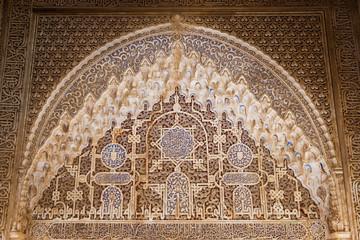 Fototapete - Alhambra de Granada. Stalactites (muqarnas) arch detail