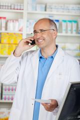 freundlicher apotheker am telefon