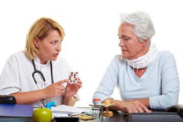 Ärztin erklärt Seniorin Medikamente