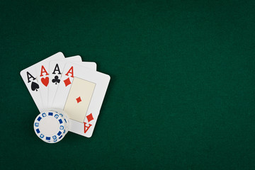 Poker d'assi con fiches