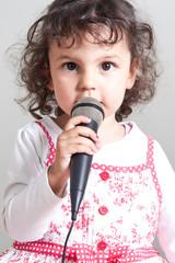 Junge Sängerin mit Mikrofon