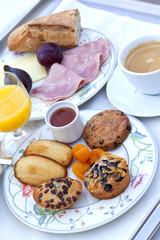 Petit déjeuner, jus d'orange, café, service, gâteaux