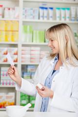 apothekerin mit medikament und rezept