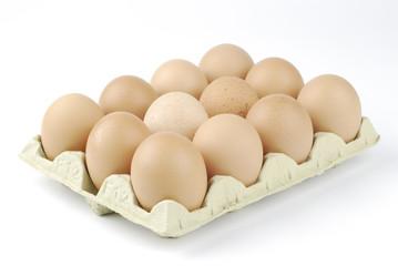 Huevos morenos en cartón 2
