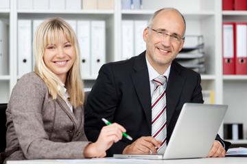 zwei kollegen am laptop im büro