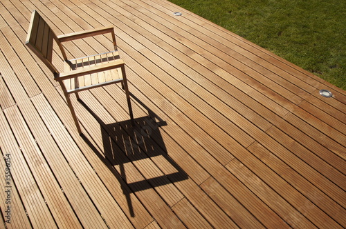 chaise en inox et bois sur terrasse ipé Stock photo and royalty