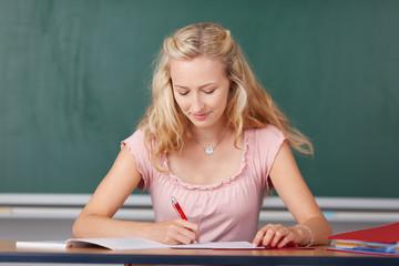 studentin schreibt im unterricht