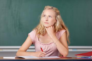 nachdenkliche studentin im unterricht
