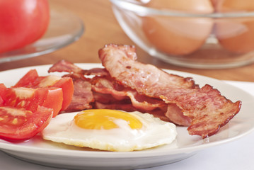 fried egg with bacon and tomato