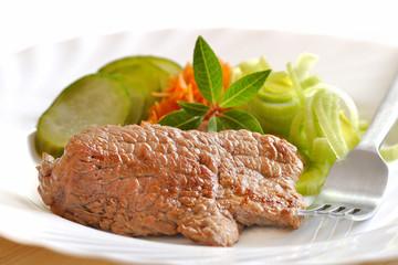 kotlet wołowy z warzywami