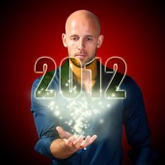 Mann schaut ins Jahr 2012