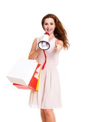 junge Frau mit Einkaufstüten und Megafon