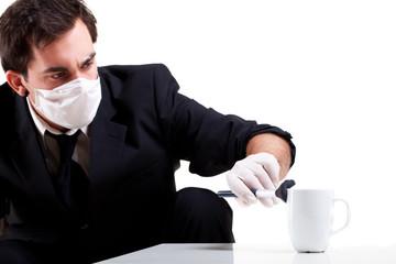 Mann untersucht Tasse auf Fingerabdrücke