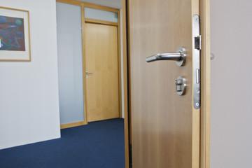 Büro Tür offen mit Sicht in den flur