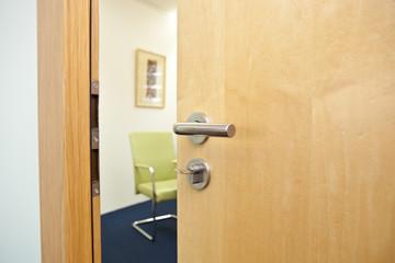 offene Tür  mit Blick in das Büro