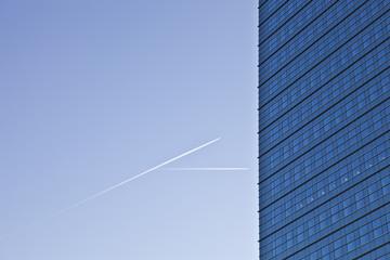 Hochhaus Fassade bei blauem Himmel