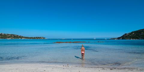 Frau läuft ins Meer Santa Giulia Korsika