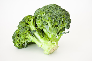brócoli fresco aislado en fondo blanco