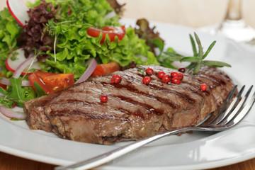 Rumpsteak an Salat