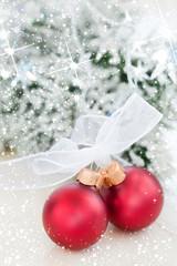 zwei dekorative Weihnachtskugeln