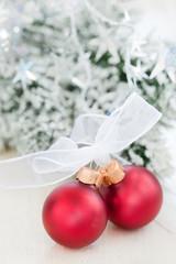 Weihnachtskugeln mit Schleife