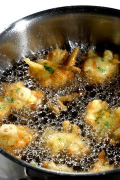 acras de morue dans l'huile frémissante