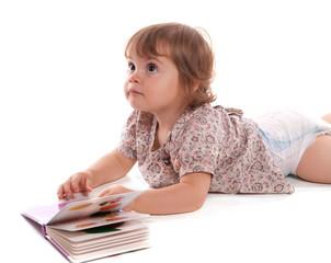 fillette et son petit livre