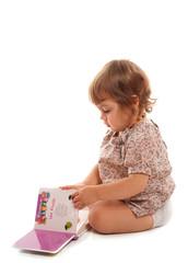 fillette et son livre d'images