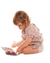 fillette qui regarde un petit livre