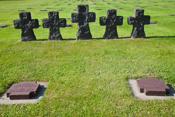 Cruces y lápidas en el cementerio alemán de La Cambe, Francia