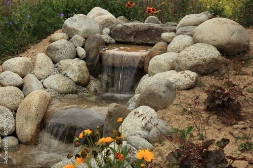 Petite cascade de jardin aquatique photo libre de droits for Gros rocher pour jardin