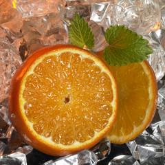Foto op Canvas In het ijs sliced oranges and ice cubes