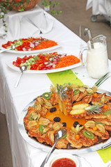 Büffet mit verschiedenen Speisen