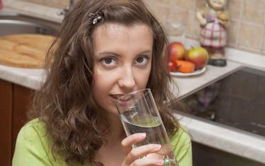 Девушка на кухне со стаканом воды