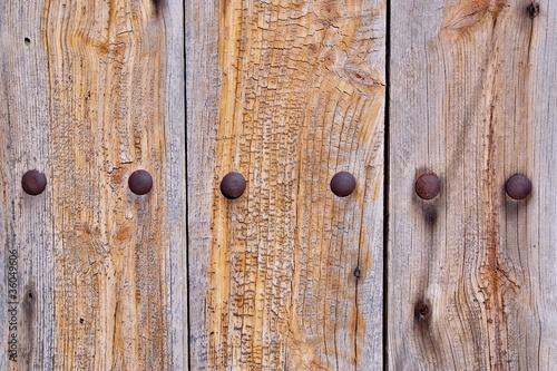 Puerta de madera r stica envejecida con remaches de for Remaches de hierro