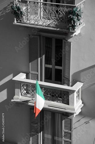 Palazzo facciata finestra balcone bandiera italia for Finestra balcone