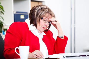 weibliche Arbeitnehmerin unter Stress