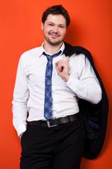 lächelnder Mann im Anzug