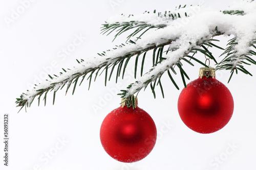 weihnachtskugeln im schnee stockfotos und lizenzfreie. Black Bedroom Furniture Sets. Home Design Ideas