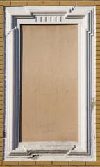 cornice bianca di una finestra