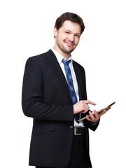 junger Mann im Anzug mit Tablet Computer